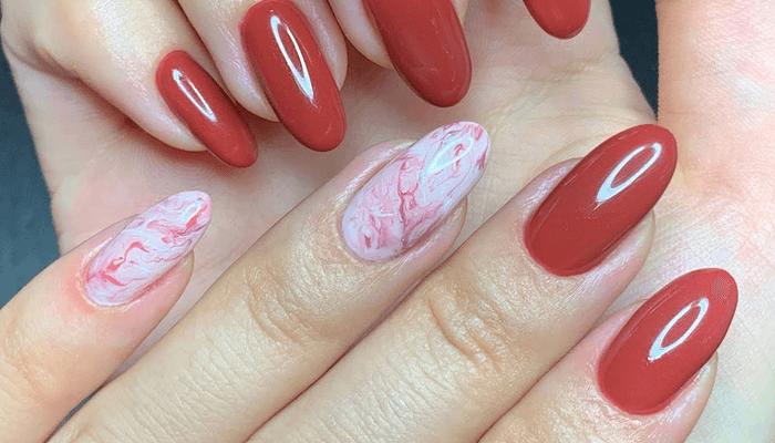 unghie potrebbero essere quelle delrosso corallo,del rosso scarlatto e del rosso Ferrari.