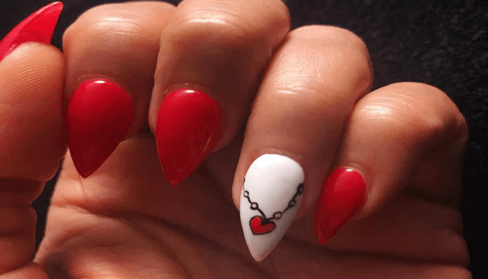 unghie rosse e bianche